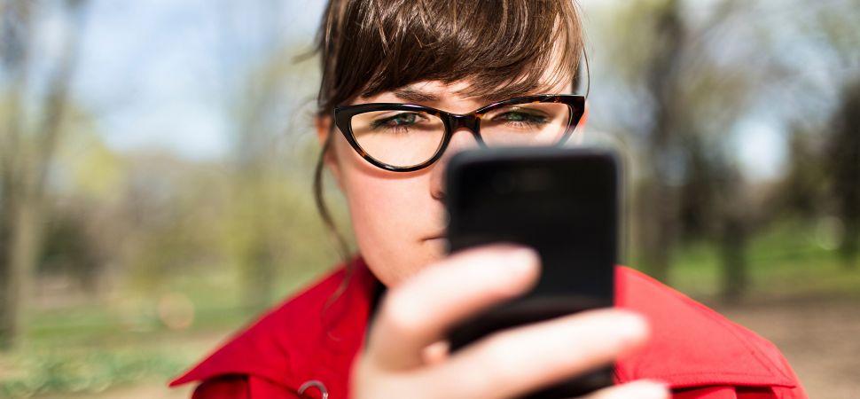 girl-coat-glasses-phone-1940x900_29953
